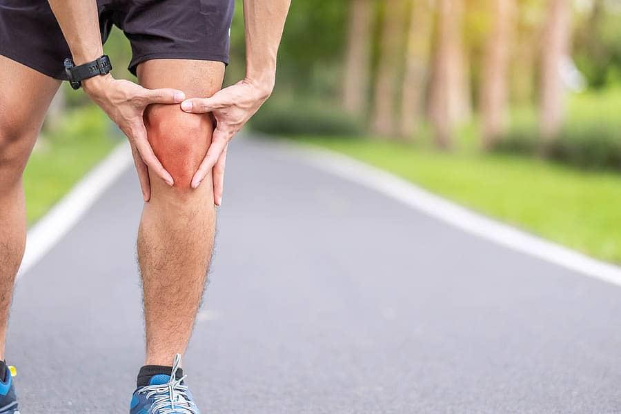 Rødt og hovent kne. Idrettsskader er en hyppig årsak til kneskader.